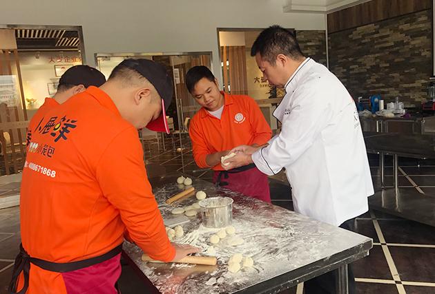 贾永锋老师正在教小屉鲜品牌学员