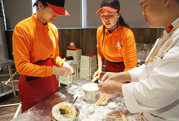李总学习酱肉包制作技术
